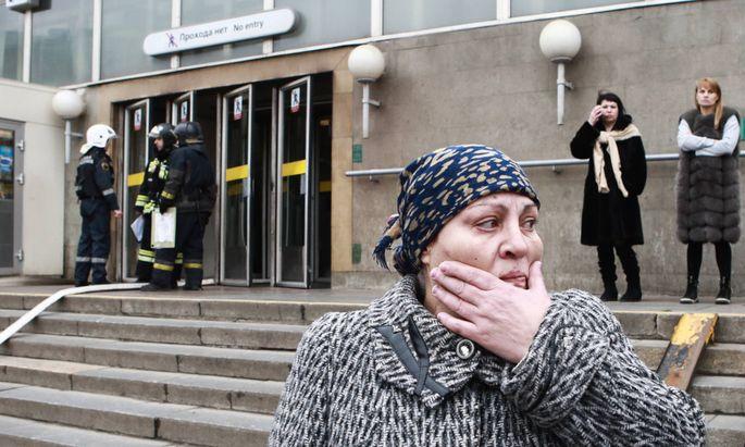 Angst und Entsetzen vor dem Eingang der Metrostation Sennaja Ploschdad in St. Petersburg, während die Einsatzkräfte bereits wieder Routine an den Tag legen.