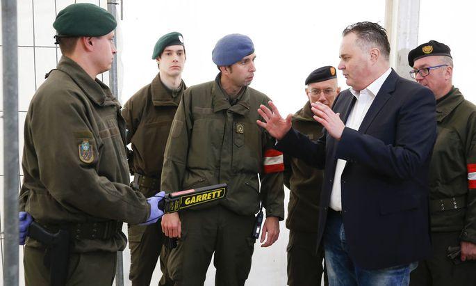 Minister Doskozil in Spielfeld
