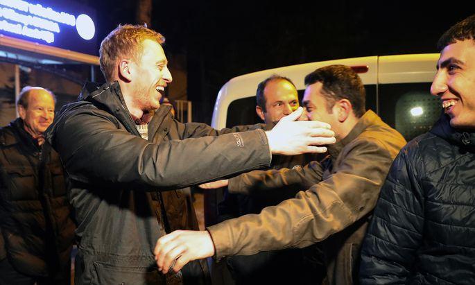 Max Zirngast bei seiner Freilassung aus dem Gefängnis.