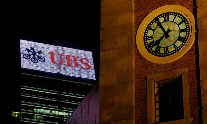 Die Schweizer Bank UBS plant reduzierte Dienstleistungen für eine größere Gruppe vermögender Kunden.