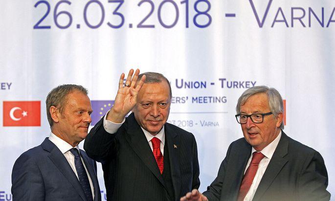 Tusk, Erdogan, Juncker führten in Bulgarien gute Gespräche ohne Ergebnisse.