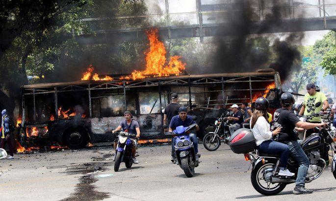 In Caracas brennen die Barrikaden. In Venezuelas Hauptstadt drohten am Tag der Arbeit schwere Straßenschlachten.