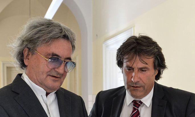 Mayr rechts vor dem Prozess