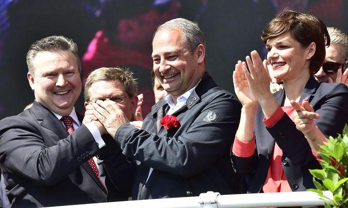 Auf der Bühne: Bürgermeister Ludwig, Spitzenkandidat Schieder und SPÖ-Chefin Rendi- Wagner (v. l.).