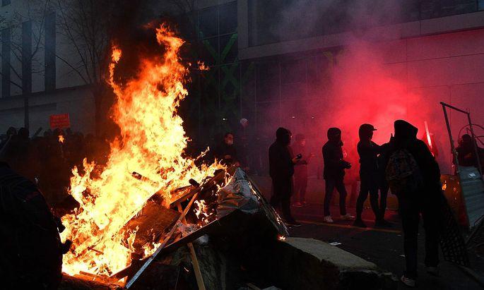 Gewaltbereite Demonstranten zündeten Autos und Barrieren in Paris.