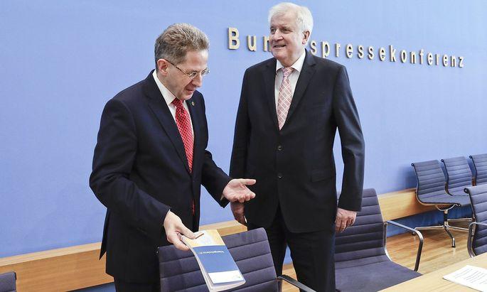 Archivbild von Maaßen und Seehofer bei der Präsentation des Verfassungsschutzberichts im Juli.