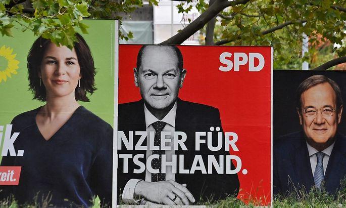 Wer mit wem? Wahlplakate in Berlin mit Annalena Baerbock, Olaf Scholz und Armin Laschet.