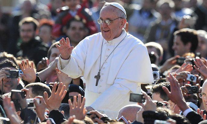 Franziskus fährt mit dem Papmobil vor seiner Amtseinführung über den Petersplatz.