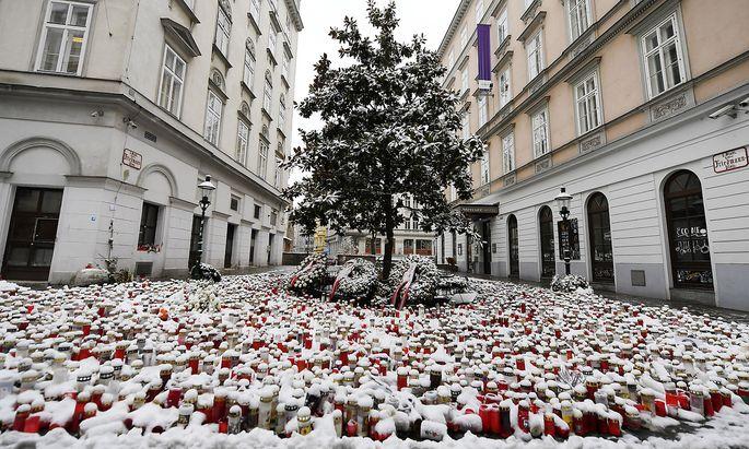 Eine der Anschlags- und nun Gedenkorte in der Wiener Seitenstettengasse im Neuschnee vom 3. Dezember.