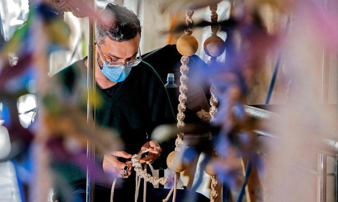 """Der Künstler Oscar Ruiz arbeitet an seiner Installation """"Bosque de Sargazo"""", der Teil einer Ausstellung zum Thema Klimawandel im Museum für Moderne Kuns und Design in San José auf Costa Rica ist."""