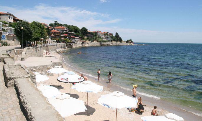 Weite goldfarbene Strände am Schwarzen Meer locken Badetouristen an.
