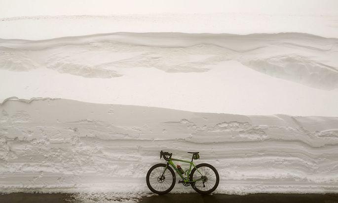 Meterhoch türmt sich der Schnee entlang der freigefrästen Straße oben am Hochtor