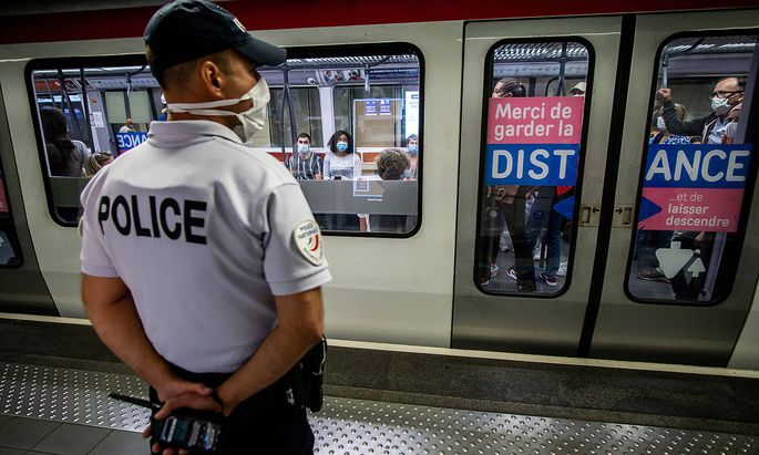 Ein Bild aus Lyon: Die Polizei kontrolliert, ob in der Metro Masken getragen werden.