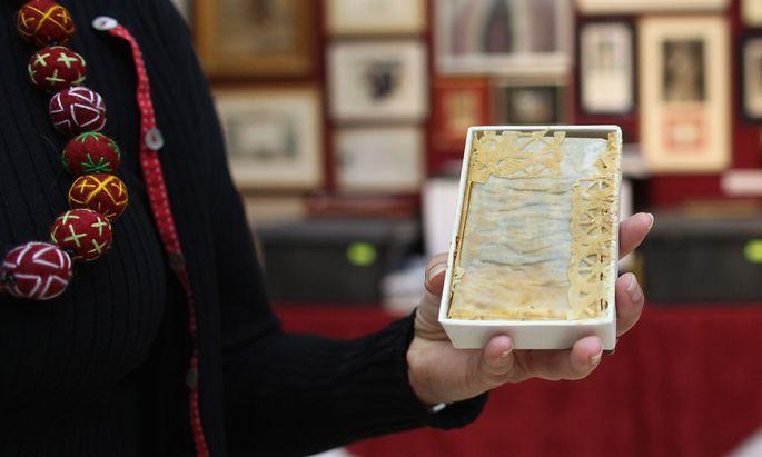Ein Tortenstück von Prinzessin Dianas und Prinz Charles Hochzeit