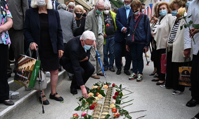 """Bei der gut besuchten feierlichen Enthüllung der Stolpersteine vor dem Haus für Mozart - im Bild: Erzbischof Franz Lackner - wurden am Montag Rosen abgelegt. So wurde auch ein unabsichtliches """"Betreten"""" unmöglich. Doch die Rosen bleiben nicht."""