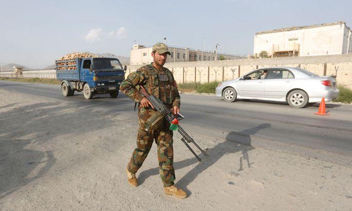 Ein afghanischer Soldat bei der Wache in Kabul.