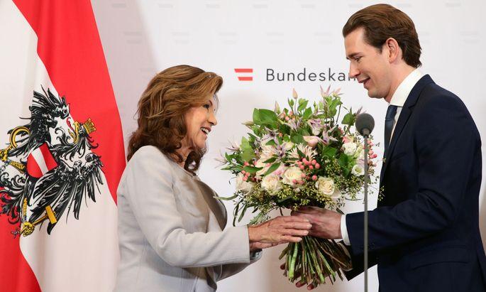 Brigitte Bierlein bei der Amtsübergabe an Sebastian Kurz