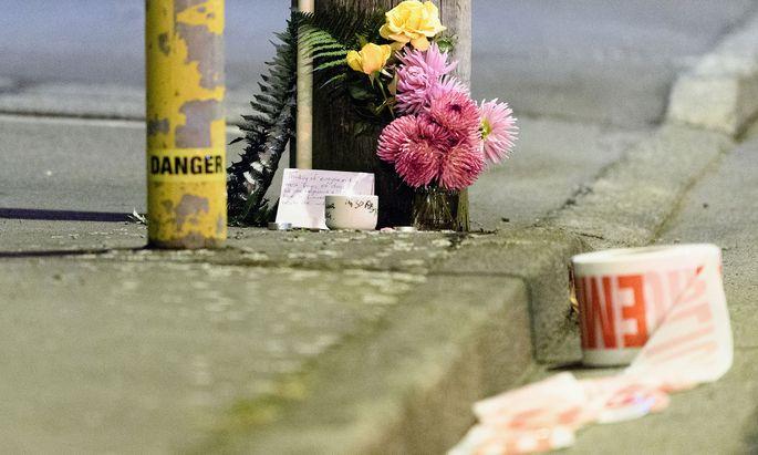 Blumen auf der Linwood Avenue für die Opfer des Anschlags
