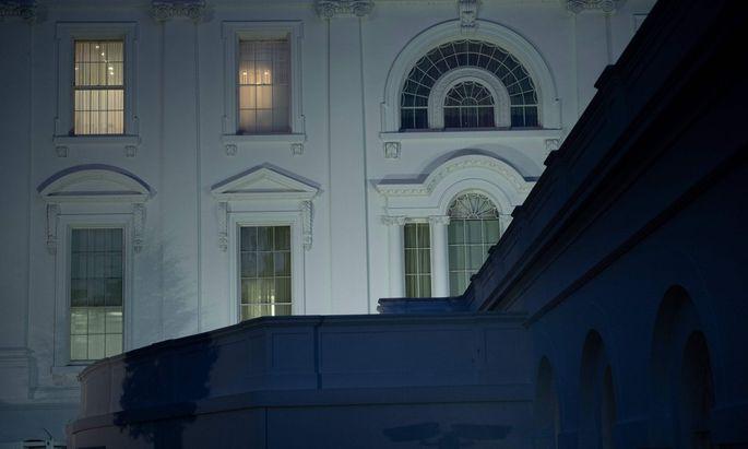 Noch sind die Lichter an im Weißen Haus: Donald Trump stemmt sich weiterhin gegen die Wahl-Niederlage.