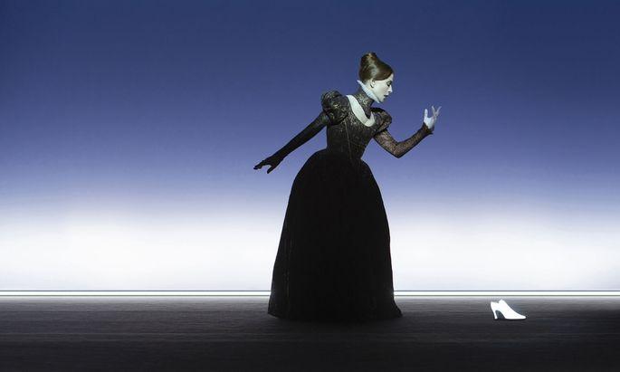 Dunkle Gestalt, mit einem Schuh als transzendentem Kontrast: Isabelle Huppert als Maria Stuart.
