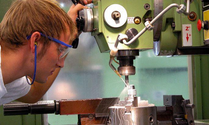 Werkzeugmacher an der Bohrmaschine