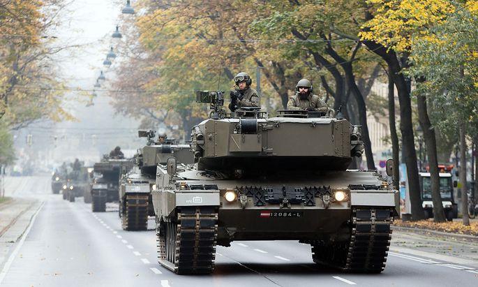 Panzer und Kettefahrzeuge fahren auf der Wiener Ringstrasse.