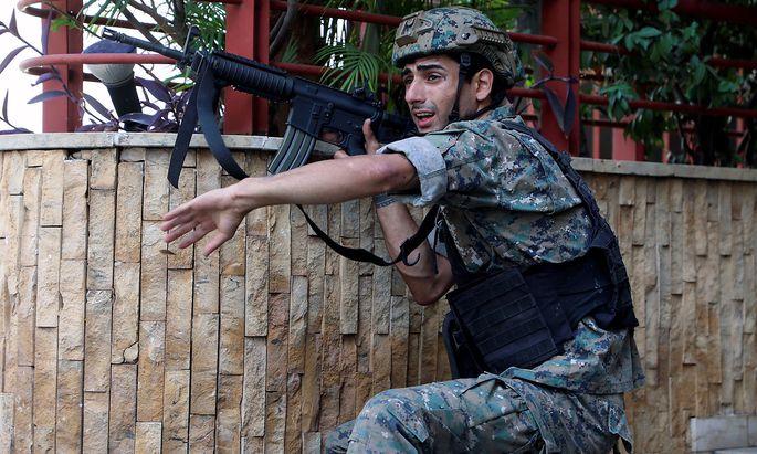 Ein Soldat geht nach Schüssen in Beirut in Deckung.