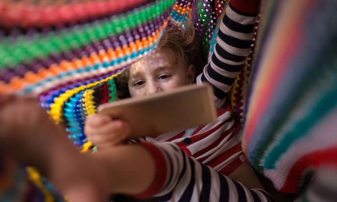 Kinder wachsen zwar mit Smartphone und Co. auf, sind sich der Gefahren aber nicht bewusst.