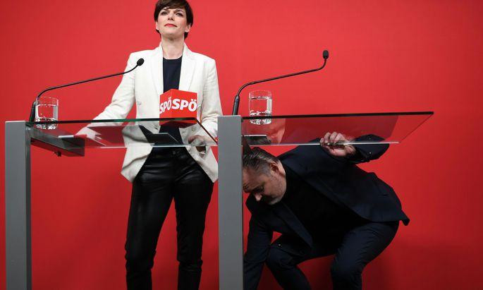 Pamela Rendi-Wagner und Hans Peter Doskozil, der zuerst noch seinen Stift suchen musste.