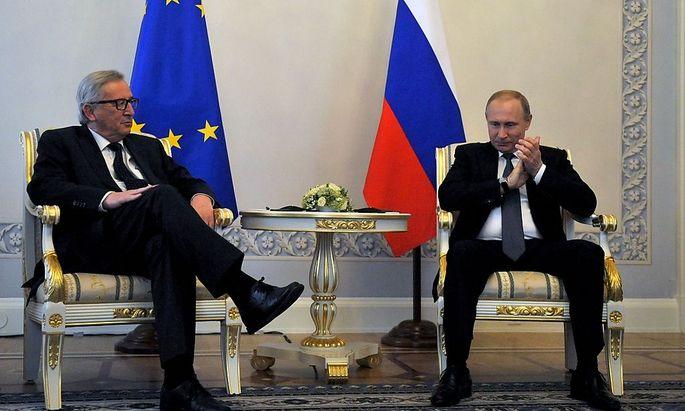 Juncker und Putin bei einer Unterredung in St. Petersburg.