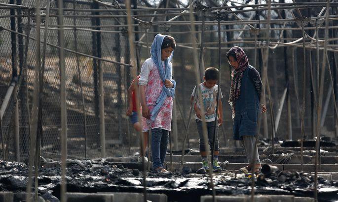 Flüchtlinge in den Ruinen des abgebrannten Lagers Moria auf Lesbos. Dem Feuer waren Krawalle im Camp vorausgegangen.