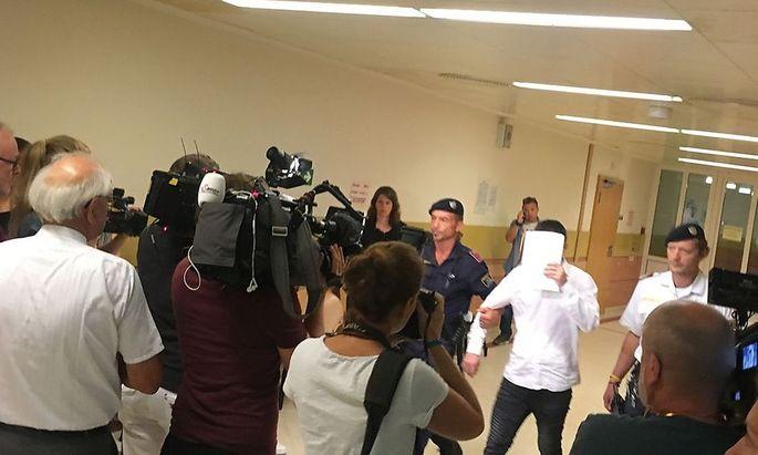 Archivbild: Der Angeklagte am ersten Verhandlungstag im August