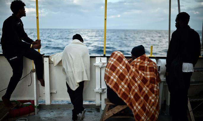 Gerettete Flüchtlinge dürfen nach tagelangem Warten vor Malta und Italien nun in Spanien ihr Schiff verlassen.