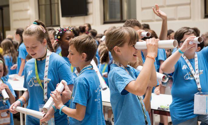 Fleißige Teilnehmer der Kinder-Uni dürfen zum Abschluss auch Sponsion feiern.