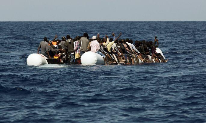 Seenotrettung von Bootsfluechtlingen vor der libyschen Kueste Zivile Seenotrettung von Bootsfluechtlin