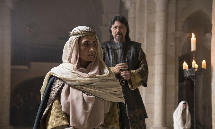 TV-Star Elia Galera als Königin Sancha, zerrissen zwischen Treue zu und Verrat am König.