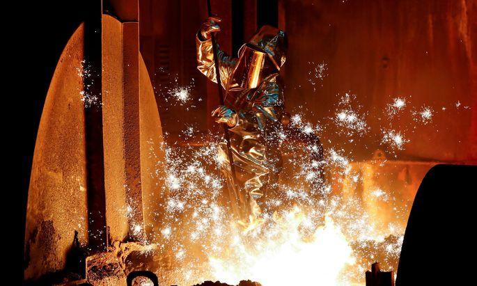 Ein Stahlarbeiter bei Thyssen Krupp in Deutschland.