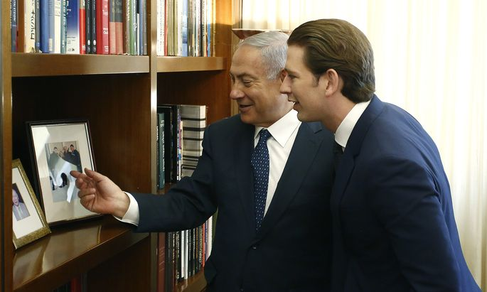 Von gleich zu gleich: Benjamin Netanjahu empfing Sebastian Kurz erstmals als Kanzler in seinem Büro in Jerusalem.