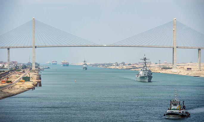 Die Schiffe im Suezkanal fahren wieder.