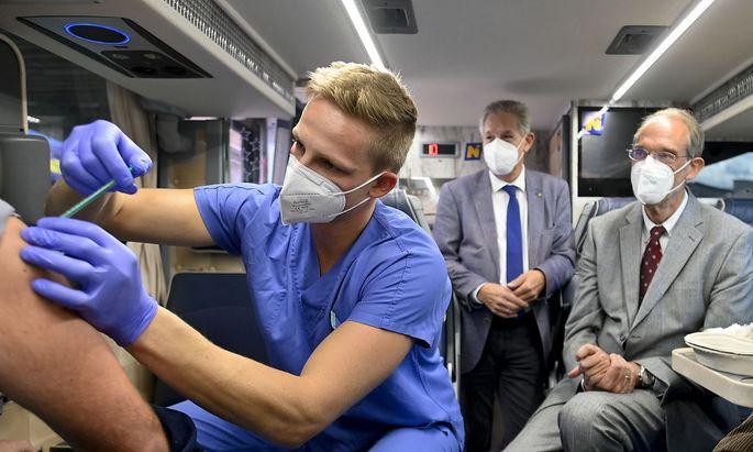 Bildungsminister Heinz Faßmann zu Besuch im Impfbus beim Schulzentrum Gloggnitz.