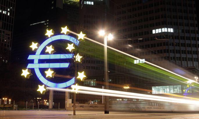 Euro Symbol mit Lichtspuren einer Trambahn an der alten EZB Europ�ische n Zentralbank und zuk�nftige