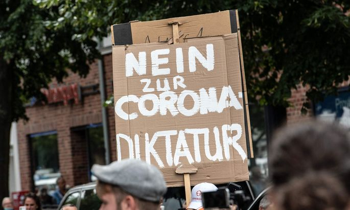 """Eine Demonstration der sogenannten """"Querdenker"""" in Berlin. Im Internet machen sie mobil - dem will Facebook einen Riegel vorschieben."""
