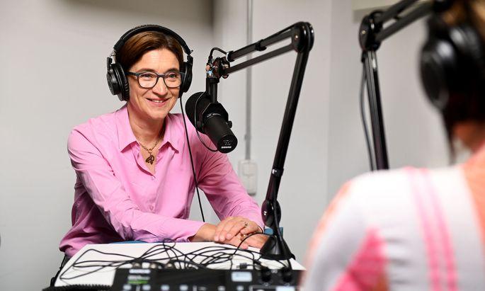 """Lisa Totzauer im Podcast-Studio der """"Presse""""."""