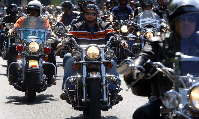 Wer auf dem Motorrad sitzt, bestimmt, wie laut seine Maschine aufheult. Das nervt Dritte mitunter. Denn Schall stört vor allem, wenn man ihn nicht kontrollieren kann, erklären Wissenschaftler.