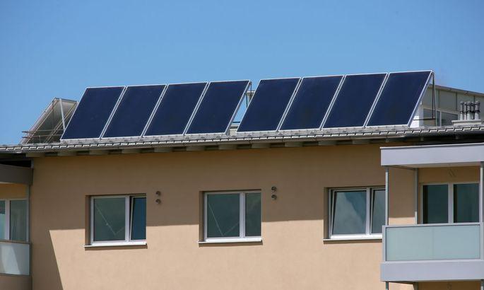 Mehrparteienhaus mit Solarkollektoren