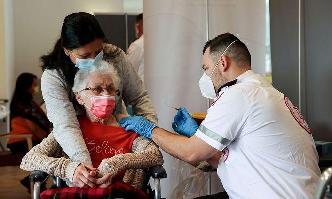 Sollen ältere Menschen ebenfalls eine Auffrischungsimpfung in Israel bekommen? (Hier ein Archivbild vom Jänner 2021).