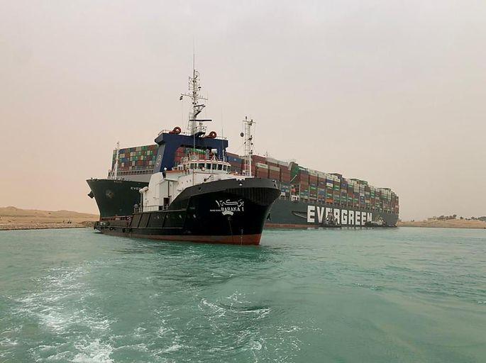 Das 224.000 Tonnen schwere Schiff steckt wie ein gestrandeter Wal im Suezkanal fest.