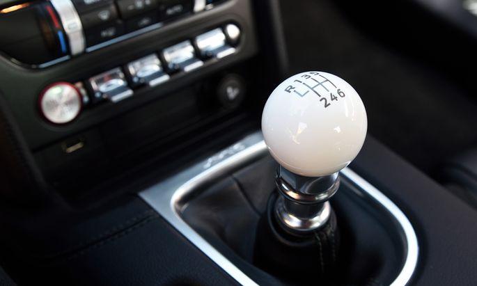 """Schalten wie Steve McQueen: Beherzter Griff in die Zahnräder im Ford Mustang """"Bullit""""."""