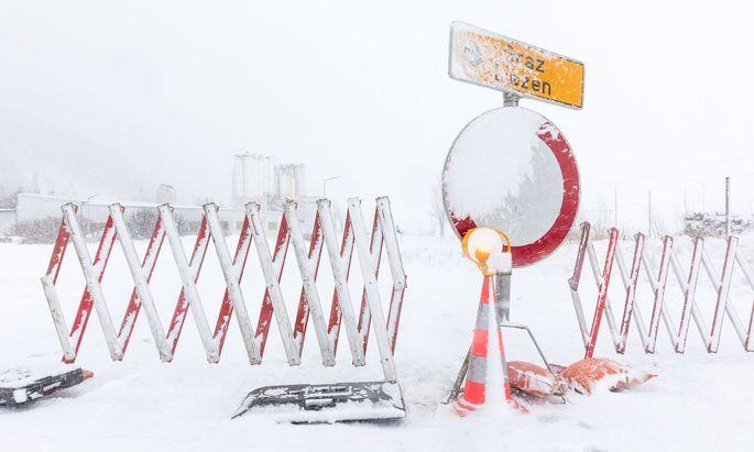 In der Steiermark kam es aufgrund starker Schneefälle zu Verkehrsbehinderungen. Die B320 Ennstal Bundesstraße wurde in Espang, Gemeinde Mitterger-Sankt Martin, wegen Lawinengefahr gesperrt.