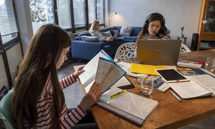 Homeschooling, waehrend des Lockdowns im Januar 2021, Kinder lernen zuhause fuer die Schule, ein Maedchen im Videounterric
